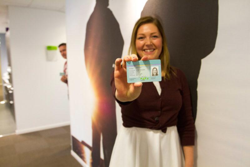 Pernille Haugen viser fram ID-kort til byggekortleser