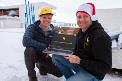 Per Tore og Roger holder opp en PC som viser E-læring