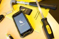 SmartDok app på telefon liggende med hammer