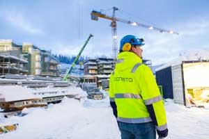På Workintoppen i Tromsø registrerer Tommy Johansen timene sine i SmartDok. I bakgrunnen ser vi bygningene stige til værs.