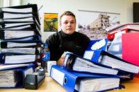 Tenk deg å jobbe på et kontor der de ansatte daglig og ukentlig kommer innom med nye permer fulle av RUH-rapporter, timelister eller liknende.