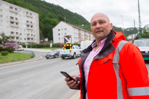 City Service har spesialisert seg på digitale informasjonstavler for trafikken. Her programmerer de en stasjon utenfor Bergen